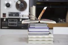 Den öppna boken, bunt av inbundna boken bokar på tabellen Top beskådar Royaltyfri Fotografi
