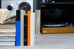 Den öppna boken, bunt av inbundna boken bokar på tabellen Top beskådar Royaltyfria Foton