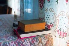 Den öppna boken, bunt av inbundna boken bokar på tabellen Top beskådar Arkivfoto