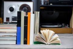 Den öppna boken, bunt av inbundna boken bokar på tabellen Top beskådar Fotografering för Bildbyråer
