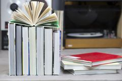 Den öppna boken, bunt av inbundna boken bokar på tabellen Top beskådar Arkivfoton