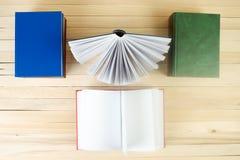 Den öppna boken, bunt av inbundna boken bokar på tabellen Royaltyfria Foton
