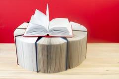 Den öppna boken, bunt av inbundna boken bokar på tabellen Arkivbild