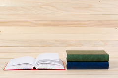 Den öppna boken, bunt av inbundna boken bokar på trätabellen Royaltyfri Foto