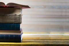 Den öppna boken, bunt av inbundna boken bokar på trätabellen Royaltyfri Bild