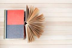 Den öppna boken, bunt av inbundna boken bokar på trätabellen tillbaka skola till kopiera avstånd Royaltyfri Foto