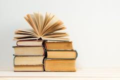 Den öppna boken, bunt av inbundna boken bokar på trätabellen tillbaka skola till kopiera avstånd Royaltyfri Bild