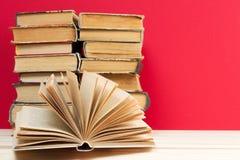 Den öppna boken, bunt av inbundna boken bokar på trätabellen tillbaka skola till kopiera avstånd Arkivfoton