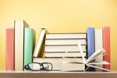 Den öppna boken, inbunden bok bokar på trätabellen sax och blyertspennor på bakgrunden av kraft papper tillbaka skola till Kopier Fotografering för Bildbyråer