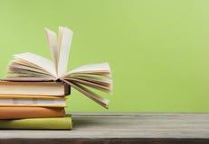 Den öppna boken, inbunden bok bokar på trätabellen sax och blyertspennor på bakgrunden av kraft papper tillbaka skola till Kopier royaltyfri fotografi