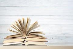 Den öppna boken, inbunden bok bokar på trätabellen sax och blyertspennor på bakgrunden av kraft papper tillbaka skola till Kopier royaltyfri bild