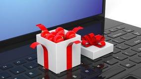 Den öppna gåvaasken av jul klumpa ihop sig mycket på bärbara datorn Arkivbilder