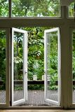 Den öppna glass dörren arkivbild