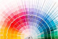 Den öppna Pantone prövkopian färgar katalogen. Royaltyfria Bilder