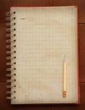 Den öppna sidan av den pappers- boken för den gamla dagboken och handstil ritar med den tomma sidan Arkivfoto