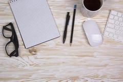 Den öppnade anteckningsboken, exponeringsglas, rånar, det moderna datortangentbordet och vitmusen Royaltyfria Foton
