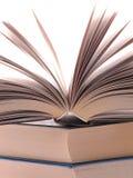 Den öppnade boken som ligger på högen av böcker Royaltyfria Foton
