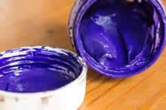 Den öppnade kruset med gouache av blått färgar Royaltyfri Foto