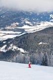 den Österrike semesterorten schladming skidar Arkivfoto