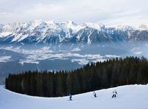 den Österrike semesterorten schladming skidar Fotografering för Bildbyråer