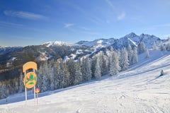 den Österrike semesterorten schladming skidar _ Arkivbilder