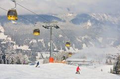 den Österrike semesterorten schladming skidar _ Arkivfoton