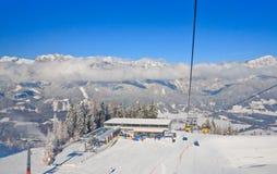 den Österrike semesterorten schladming skidar _ Arkivfoto