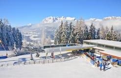 den Österrike semesterorten schladming skidar _ Fotografering för Bildbyråer