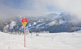 den Österrike semesterorten schladming skidar _ Arkivbild