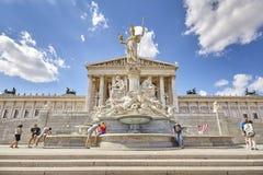 Den österrikiska parlamentbyggnads- och Pallas Athena springbrunnen Arkivfoton