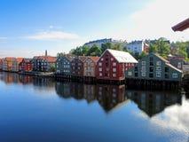 Den östliga banken av den Nidelva floden i Trondheim Royaltyfria Bilder