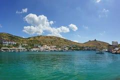 Den östliga kusten av dagen för sommar för Balaklava fjärd den soliga Royaltyfri Bild
