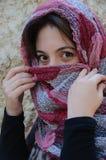 Den östliga kvinnan med traditionellt skyler, intensiva ögon Royaltyfria Foton