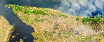Den över huvudet sikten av Florida Everglades översvämmar - USA royaltyfri foto