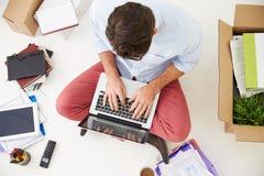 Den över huvudet sikten av startar upp affärsflyttning in i kontor Royaltyfri Fotografi