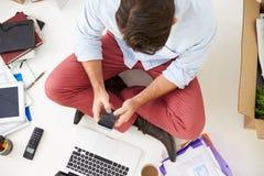 Den över huvudet sikten av startar upp affärsflyttning in i kontor Royaltyfria Foton