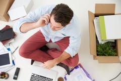 Den över huvudet sikten av startar upp affärsflyttning in i kontor Arkivfoto