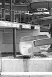 Den övergav dragning-glidbanan på aquapark Arkivfoton