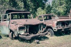 Den övergav gamla bilen kan använda bakgrund för grungeplatstappning Arkivfoton