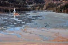 Den övergav kyrkan översvämmade vid en sjö mycket med kontaminerat vatten Arkivbilder