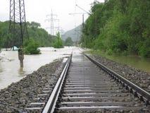 Den översvämmade raka järnvägsspåret med timmerlängsgående stödbjälke Royaltyfria Foton