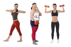 Den överviktiga kvinnan bantar på göra konditionövning Arkivbild