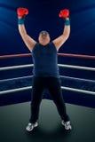 Den överviktiga mannen firar att segra Royaltyfri Foto
