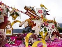 den 2011 flyttade fram bayer floaten ståtar rose Royaltyfri Foto