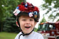 den 4th pojken som kläs juli, ståtar upp Royaltyfria Bilder