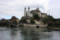 Den Aarburg slotten lokaliserade höjdpunkt ovanför Aarburgen på en brant stenig backe, Schweiz Royaltyfria Bilder