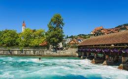 Den Aare floden i staden av Thun i Schweiz i sommartid Fotografering för Bildbyråer