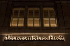 Den Abercrombie & Fitch logoen på deras Munich strömförsörjning shoppar taget på natten Abercrombie & Fitch är den amerikanska åt Royaltyfria Foton