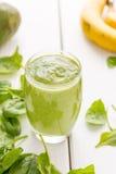 Den absolut fantastiska gröna avokadosmoothien som göras med nya avokadon, bananen, citronjuice och mejerimandeln, mjölkar Non Arkivfoto