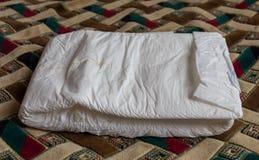 Den absorberande blöjan för vuxna människor Sängliggande omsorg Royaltyfri Fotografi